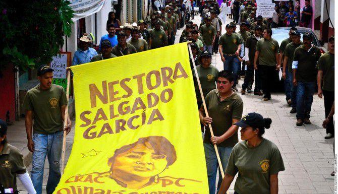 Los integrantes de un grupo de autodefensa marchan para exigir la liberación de su líder Nestora Salgado, en Tixtla, Guerrero.(AGENCIA REFORMA)