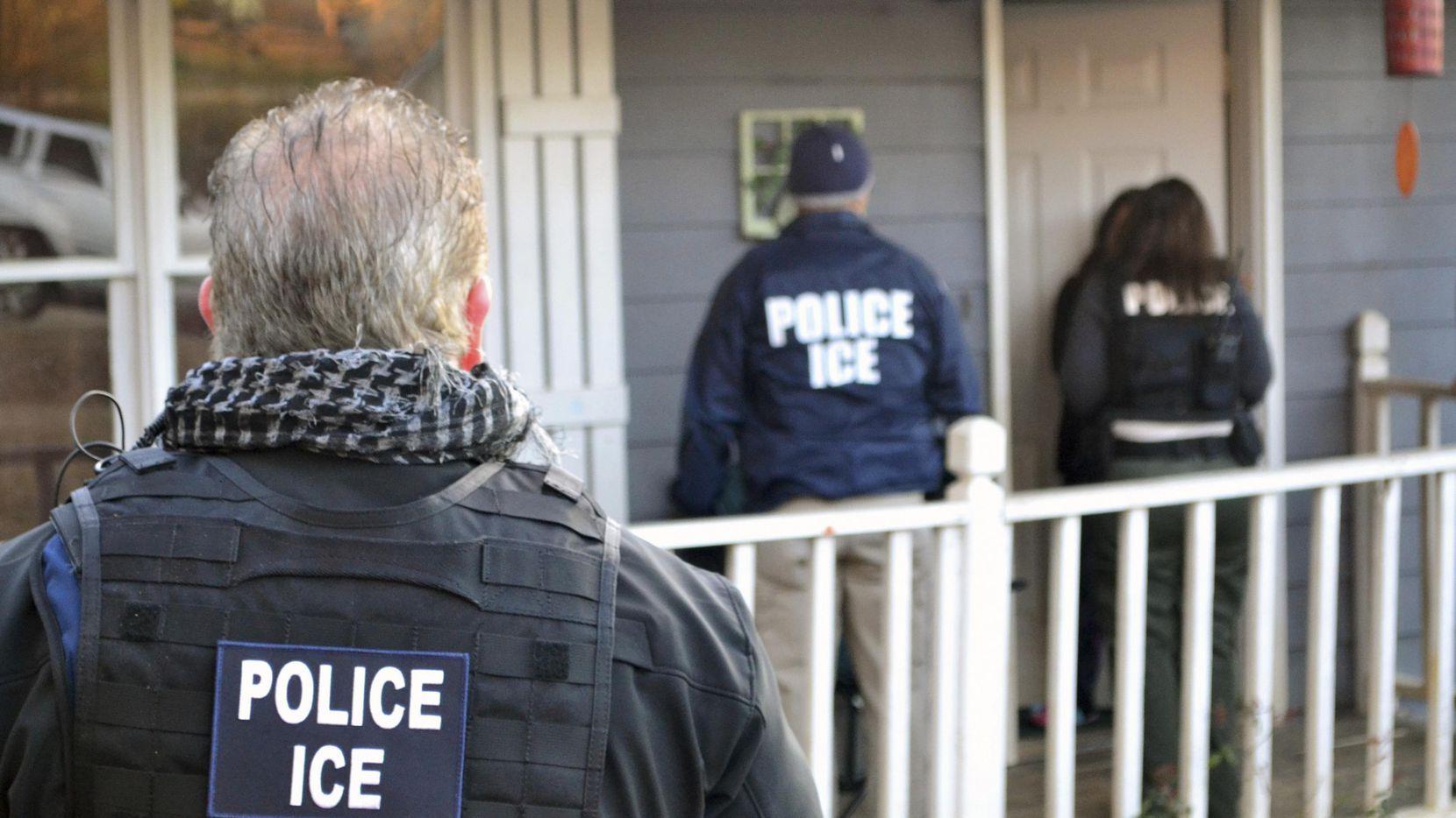 Un operativo de agentes de Servicio de Control de Inmigración y Aduanas de Estados Unidos en una residencia en Atlanta.(AP)