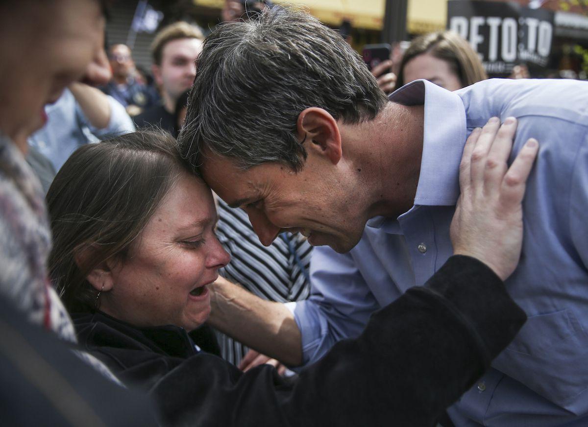 Beto O'Rourke abraza a su hermana Erin O'Rourke, durante el evento para anunciar su campaña presidencial en El Paso, Texas. (Ryan Michalesko/The Dallas Morning News)