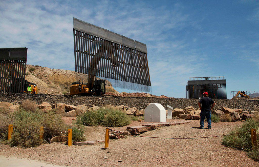 Workers on Sunday built a portion of a border fence on private property in Sunldand Park, N.M.