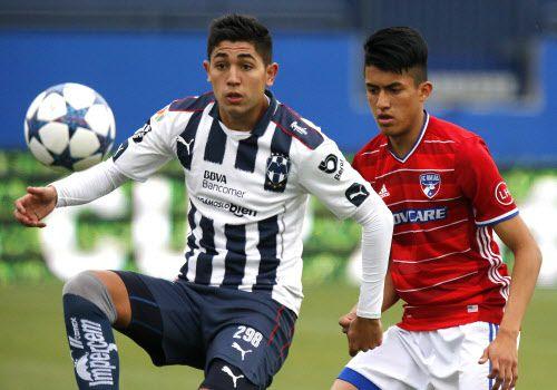 Juan José Machado Siqueiros (298) y el Monterrey disputaron la final del Super Group de la Dallas Cup ante Mark Salas (4) y el FC Dallas el domingo en el Toyota Stadium (Stewart F. House)