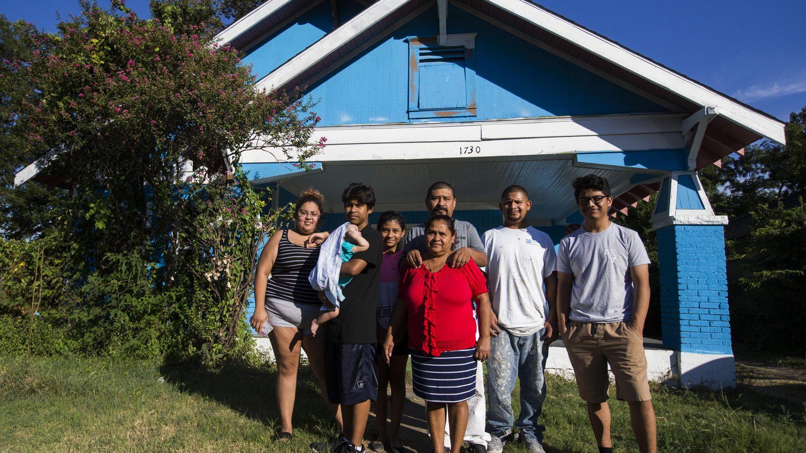 La familia Palma en su casa en Pine St. Recientemente la familia se enteró que la vivienda que habían comprado no le pertenecía a la persona que les vendió. Invirtieron miles de dólares en reparaciones y el martes su casa fue rematada.  ASHLEY LANDIS/DMN
