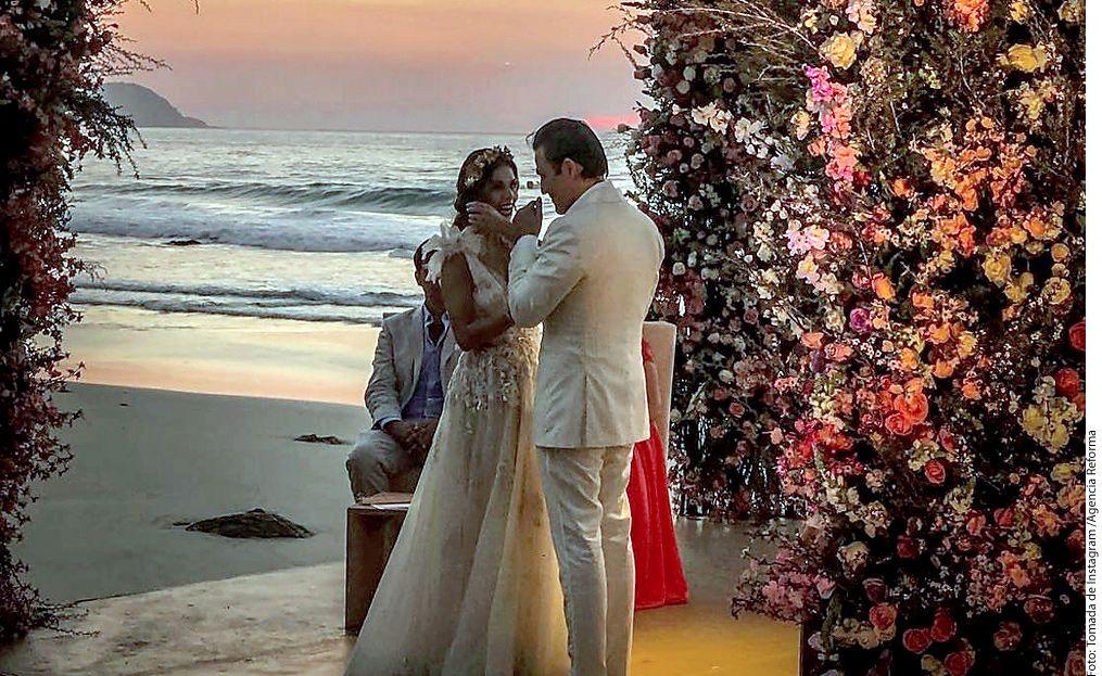 La pareja formada por Claudia Álvarez y Billy Rovzar se casó a pie de playa. /AGENCIA REFORMA