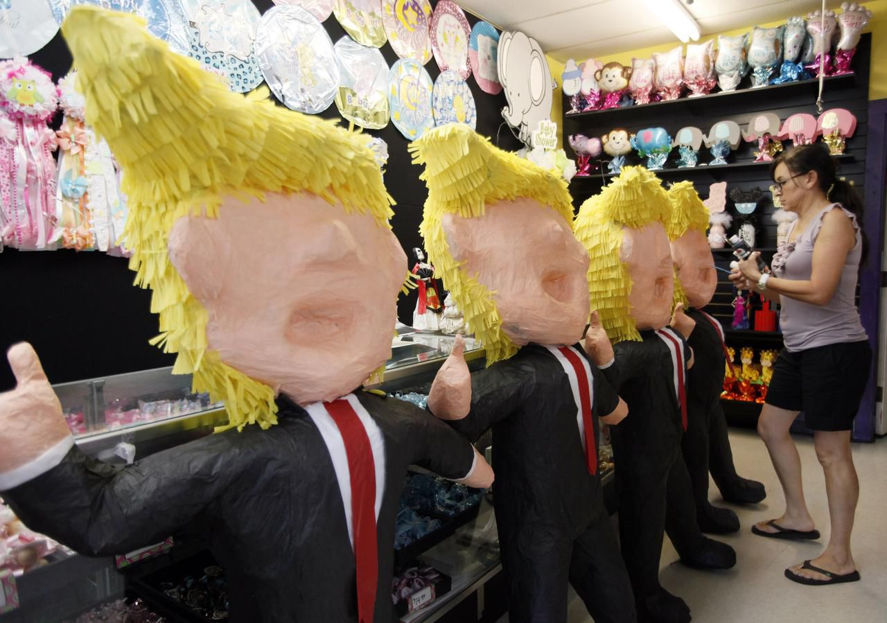 Elvie de la Fuente junto a las populares piñatas de Donald Trump al interior de ABC Party, en Oak Cliff. (ESPECIAL PARA AL DÍA/BEN TORRES)