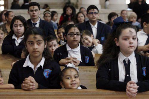 Un grupo de estudiantes durante la misa de Miércoles de Ceniza en la iglesia de Santa Clara, en Dallas.