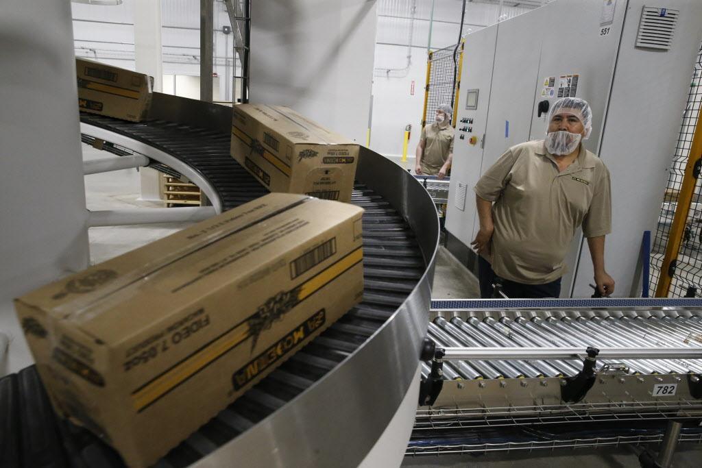 Un trabajador inspecciona una línea de producción en La Moderna, empresa mexicana que abrió una nueva planta el martes. NATHAN HUNSINGER/DMN