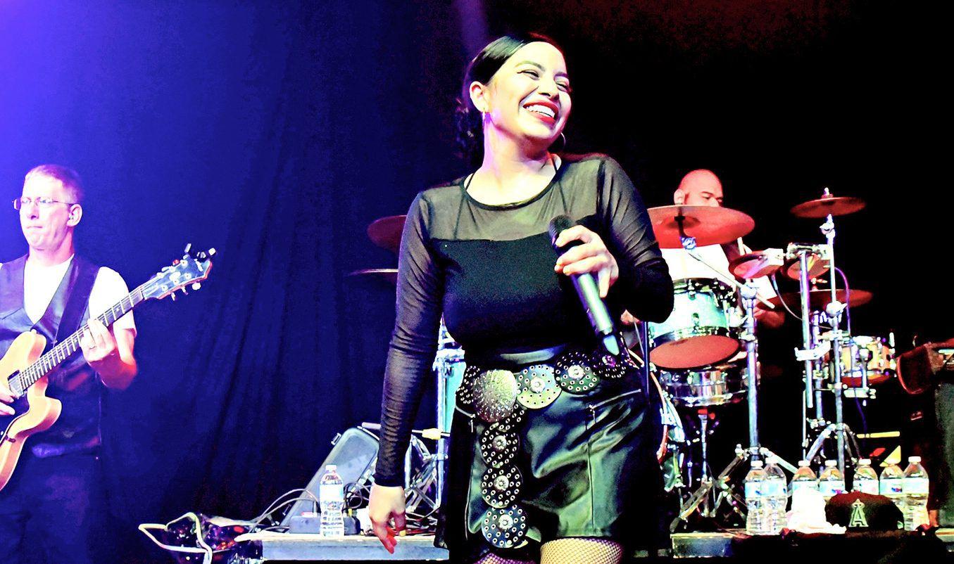 Pese a que la cantante Selena ha tenido innumerables imitadoras, es la vocalista de The Como La Flor Band, Nira Pérez Ruiz, quién ha cautivado a sus fans con el parentesco que tiene con la legendaria cantante. AGENCIA REFORMA