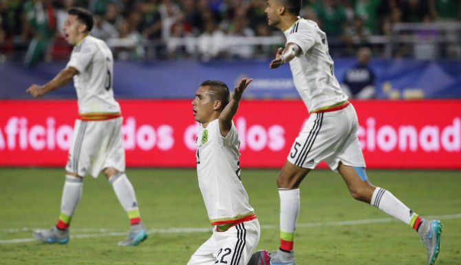 Héctor Herrera (izq.), Paúl Aguilar y Diego Reyes durante el empate sin goles con Guatemala. México está obligado a ganar a Trinidad y Tobago. (AP/ROSS D. FRANKLIN)