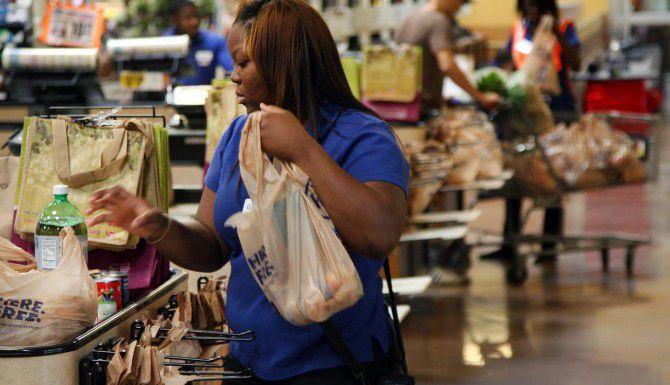 Guinvera Jordan, cajera de un supermercado Kroger, coloca mercancía en una bolsa de plástico. Las grandes cadenas de supermercados han cumplido al pie de la letra el nuevo reglamento de bolsas de plástico de Dallas, pero muchas tiendas pequeñas no lo han hecho. (DMN/BRAD LOPER)
