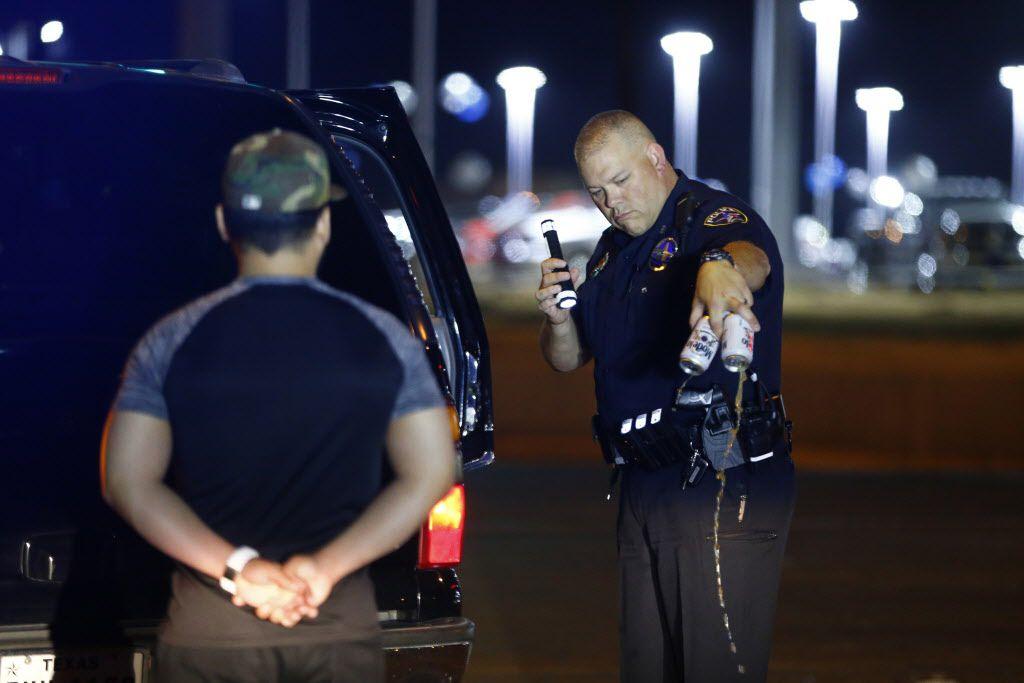 Stephen Burress, policía de la unidad de DWI, revisa a un sospechoso. Este fin de semana y durante el Cuatro de Julio la policía estará atenta a los conductores ebrios. No habrá como negarse a un examen de sangre. DMN