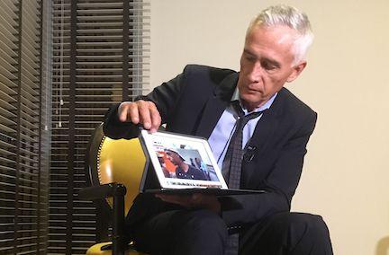 El periodista Jorge Ramos muestra un video de testimonios de residentes de Caracas, en su visita a Venezuela. AP
