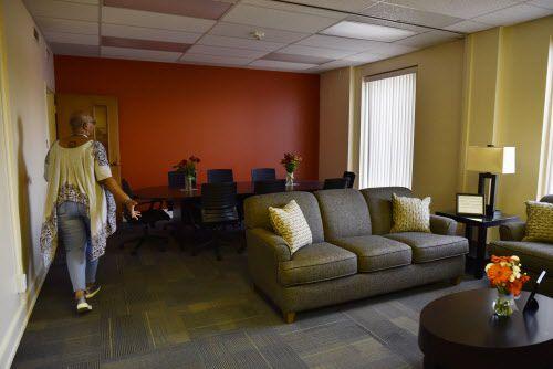 Leatrice Hudson, una trabajadora social de Promise House, muestra los interiores del Destiny's House, el nuevo hogar para víctimas de tráfico sexual.