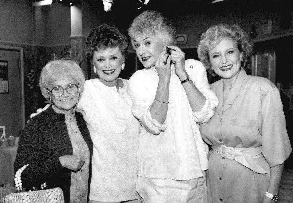 """En esta foto del 25 de diciembre de 1985, las estrellas de """"The Golden Girls"""" _ de izquierda a derecha Estelle Getty, Rue McClanahan, Bea Arthur y Betty White _ posan durante un receso en la grabación de la serie en Hollywood, California. (AP Foto/Nick Ut, Archivo)"""