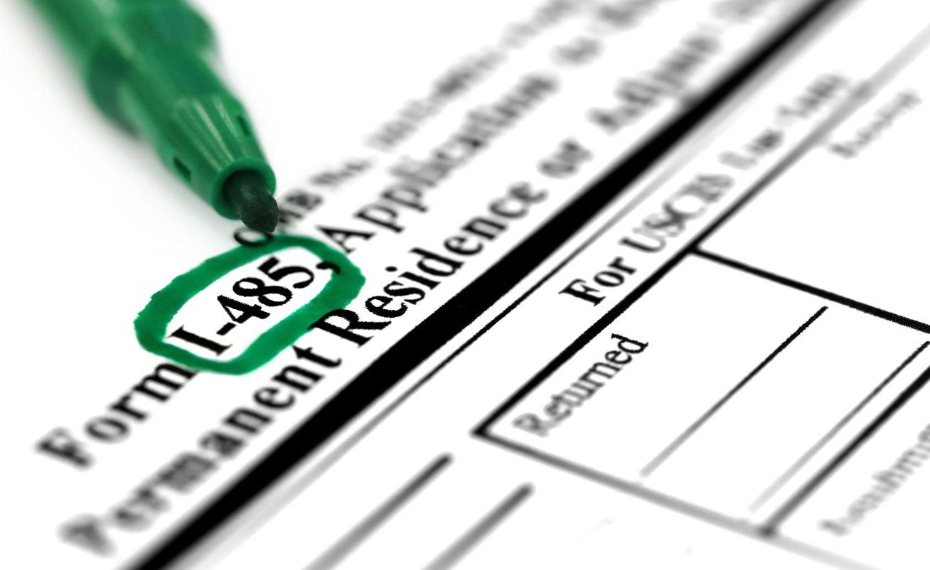 Formulario de USCIS para solicitar la residencia permanente. iStock