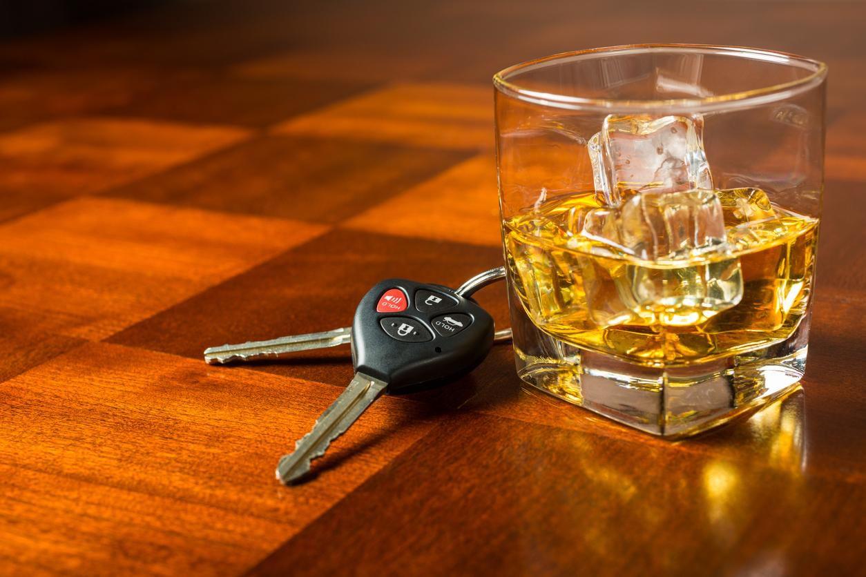 Un vaso con licor y las llaves de un auto.(GETTY IMAGES)