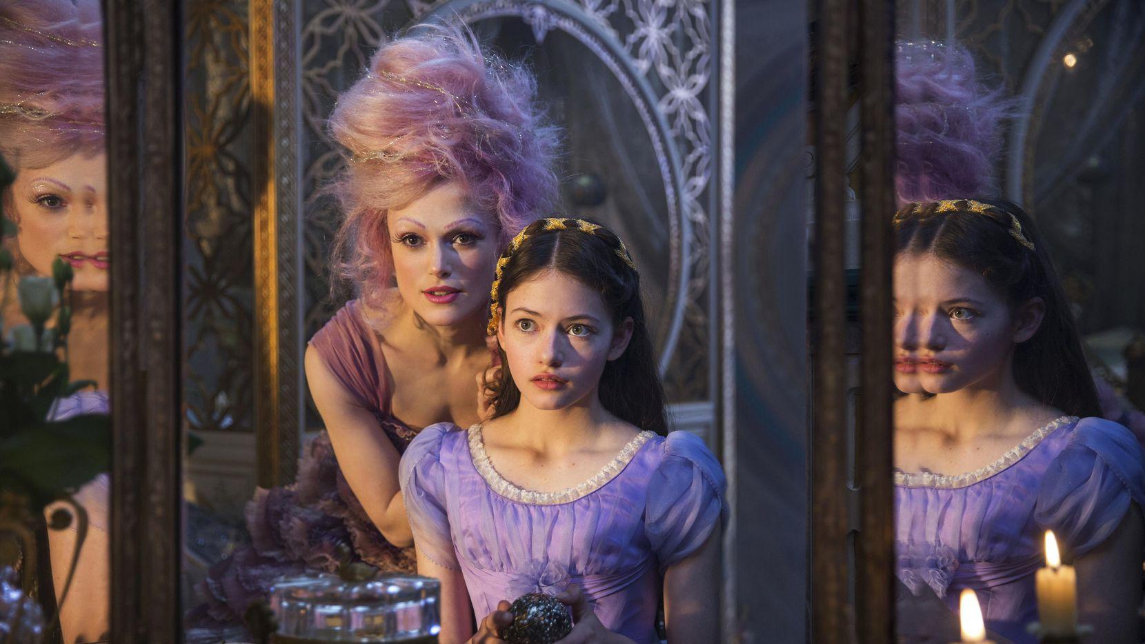 "Keira Knightley (izq.) junto a Mackenzie Foy en una escena de ""The Nutcracker and the Four Realms"".(DISNEY)"
