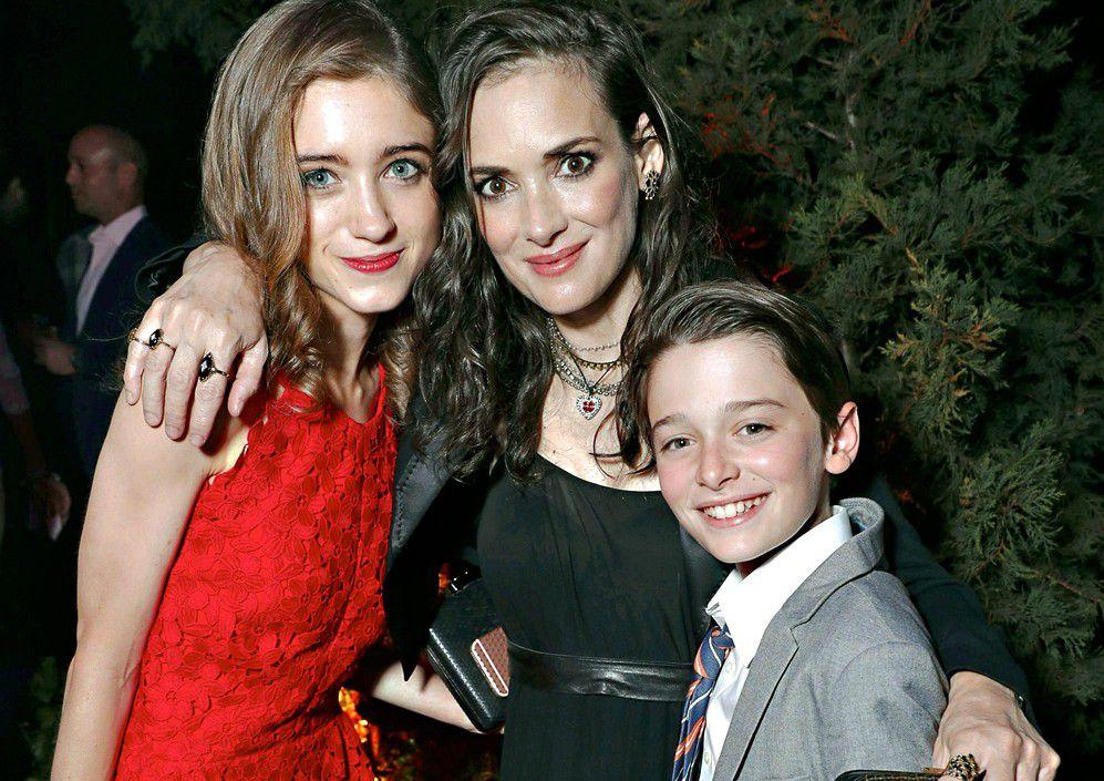 Winona Ryder (centro) recuperó popularidad gracias a la serie Stranger Things, en la que actúa con Natalia Dyer (izq.) y Noah Schnapp (der.). /AGENCIA REFORMA