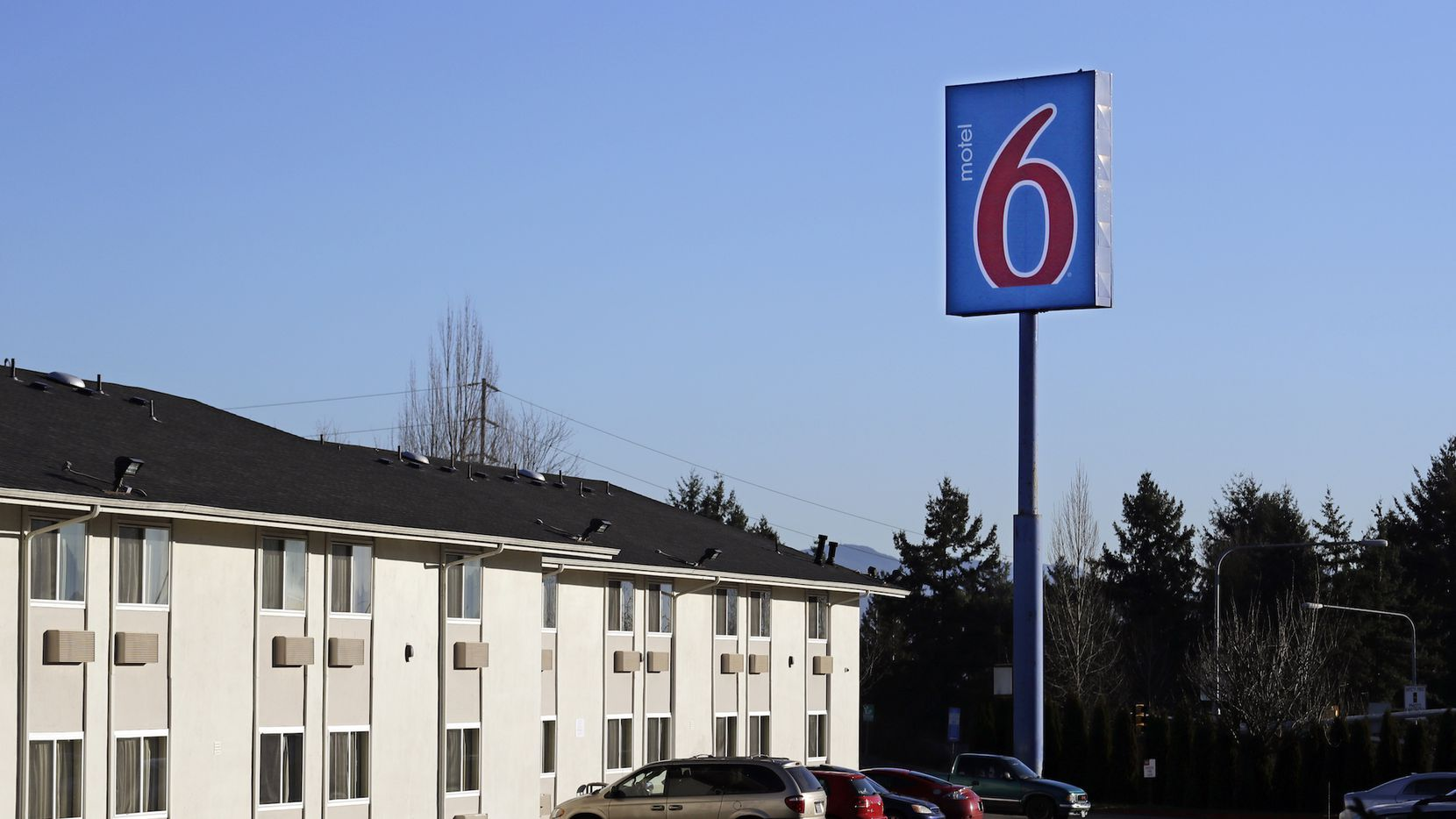 Esta fotografía del miércoles 3 de enero de 2018 muestra una locación de la cadena de hoteles de bajo costo Motel 6 en SeaTac, Washington. (AP Foto/Elaine Thompson)