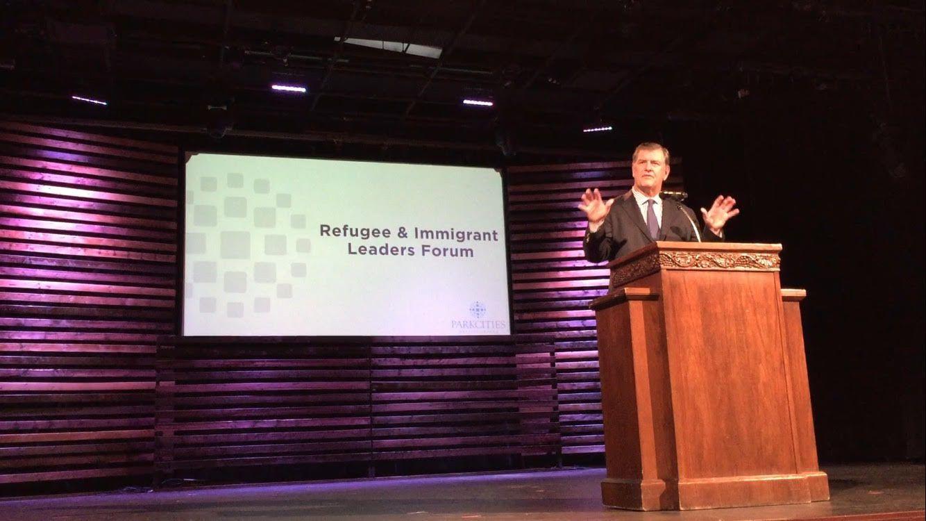 El alcalde de Dallas, Mike Rawlings, durante la presentación de su plan enfocado en asistir a inmigrantes en la ciudad, el jueves en la iglesia Park Cities Baptist. Foto ANA E. AZPURUA/AL DÍA