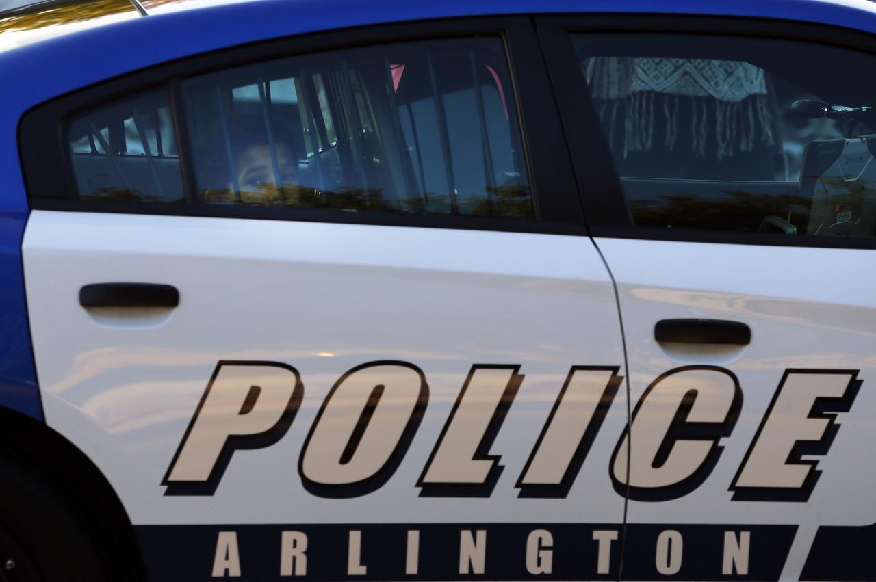 Unos activistas dicen que un agente del Departamento de Policía de Arlington prometió retirar unos cargos contra un adolescente si su madre le entregaba la grabación de un video del arresto. (DMN/TOM FOX)