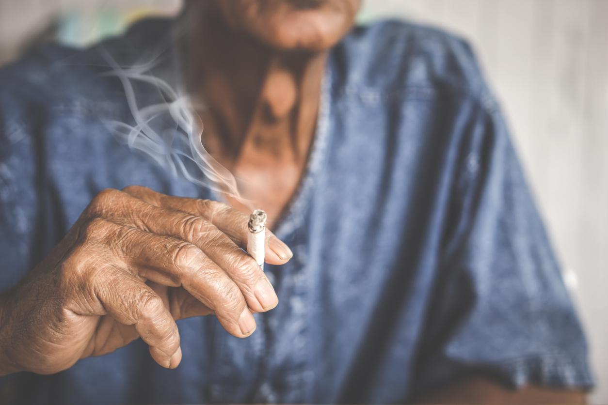 Una persona adulta con un cigarro en sus manos.(GETTY IMAGES)