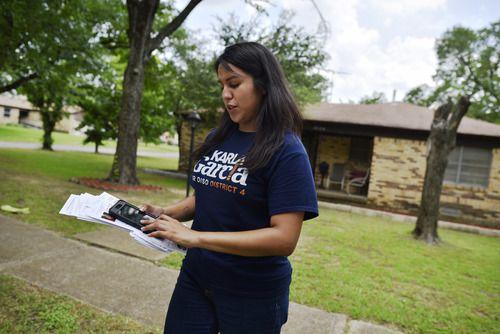 Karla García, candidata a la junta del DISD, camina por un vecindario de Pleasant Grove en busca de votantes. La elección este sábado. BEN TORRES/AL DÍA