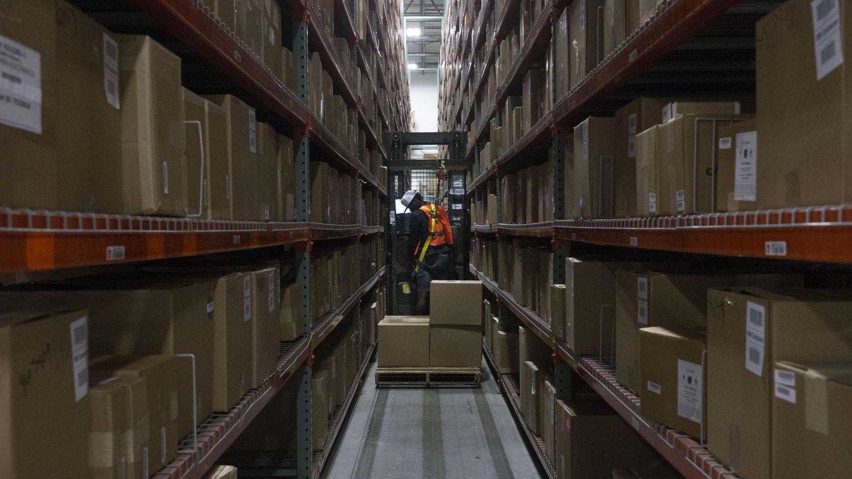 Gerry Giddings revisa un producto en Liquidity Services, una bodega en Garland en donde terminan artículos devueltos por clientes de Amazon y otras tiendas en línea. DANIEL CARDE/DMN