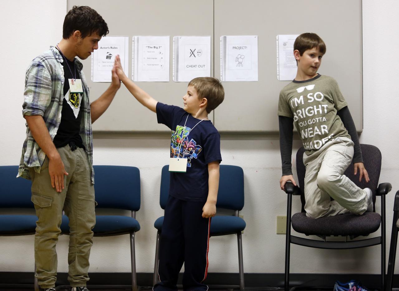 (De izq. a der.) John Davis, Kyler Bickel y Mitchell Peterson son árte de una clase en Richland, Washington, creada para niños dentro del espectro del autismo. (AP/SARAH GORDON)