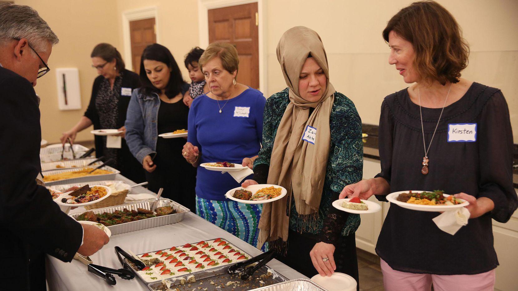 Kirsten Granberry (der.) platica con Zainab Aktepe (segunda desde la der.) durante un encuentro interreligioso ente la iglesia bautista Wilshire y musulmantes del Diologue Institute. (DMN/ANDY JACOBSOHN)