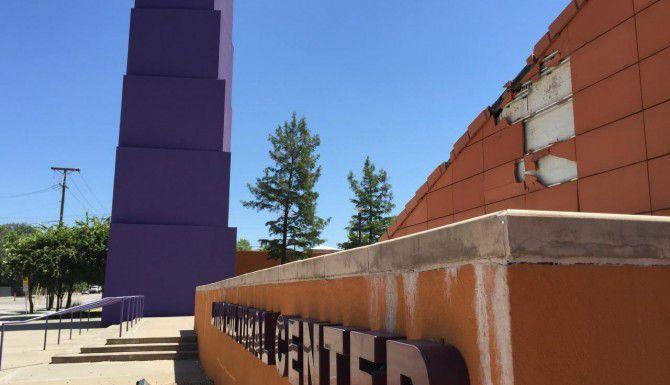 Estos son algunos de los aspectos del vandalismo al Centro Cultural Latino. (AL DÍA/ANA E. AZPURUA)