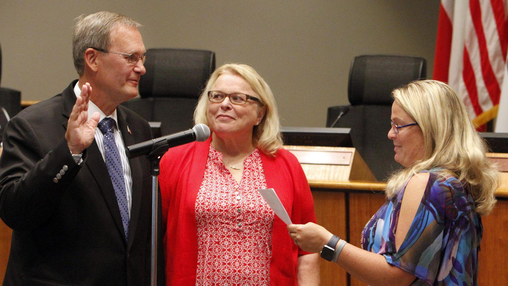 Rick Stopfer, junto a su esposa Melanie (centro) toma juramento como nuevo alcalde de Irving. (DMN/DAVID WOO)