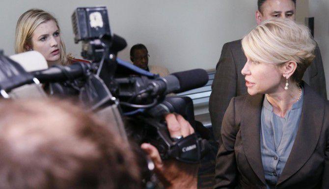 La fiscal del condado de Dallas Susan Hawk (der.) se rehusó a responder a preguntas de los medios esta semana, luego de revelaciones sobre haber recibido tratamiento en el pasado por consumo de medicamentos. (DMN/KYE R. LEE)