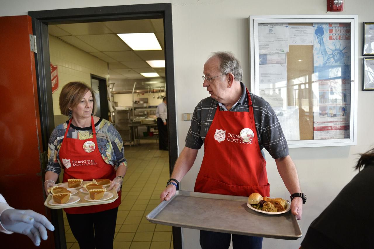 Mike Fairchild, de Richardson, carga una bandeja con un platillo durante la comida navideña del Salvation Army.(RACHEL WOOLF)
