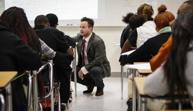 Scott Cowie, maestro de inglés, supervisa a alumnos de octavo grado de la secundaria Dade de Dallas, la cual sufre rotación de personal y problemas de disciplina y aprovechamiento académico. (Staff Photographer/JiIM TUTTLE/DMN)
