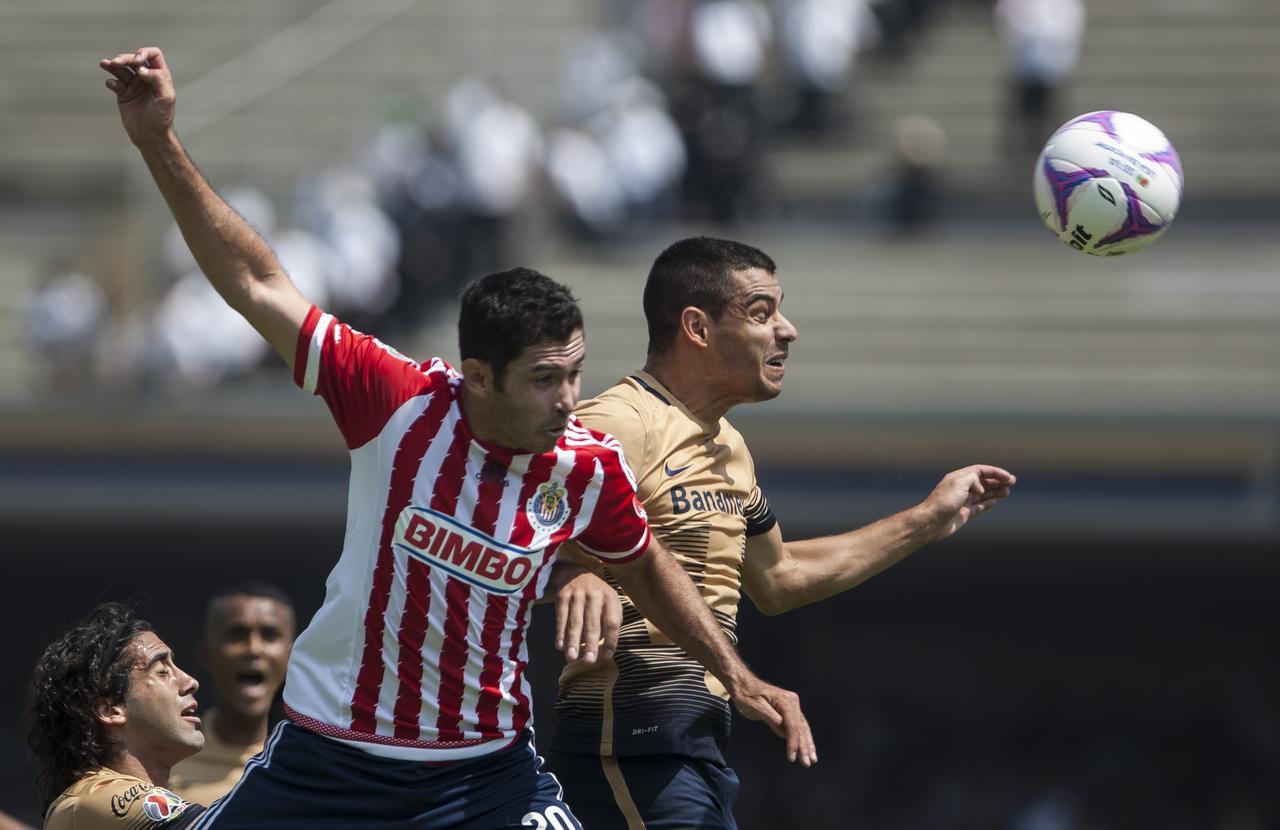 Israel Castro (izq.) y las Chivas, están en el puesto 16 de la tabla de promedios que define el descenso del futbol mexicano. (AP/CHIRSTIAN PALMA)