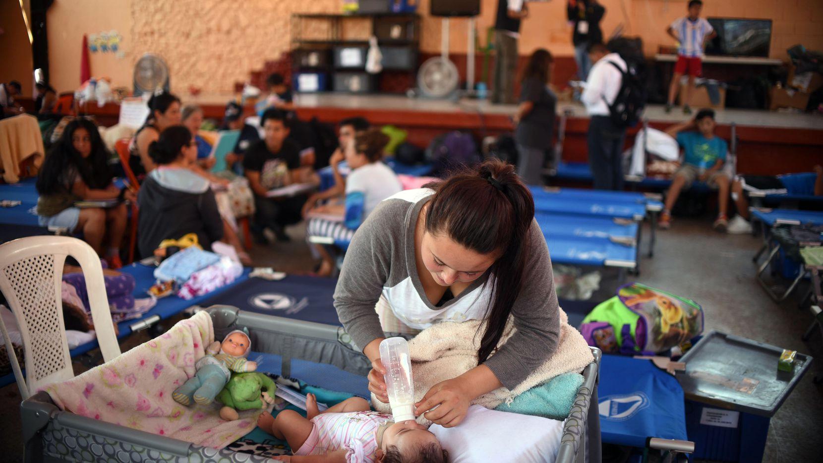 Un grupo de damnificados del deslave en Santa Catarina Pinula permanece en un albergue improvisado. GETTY IMAGES