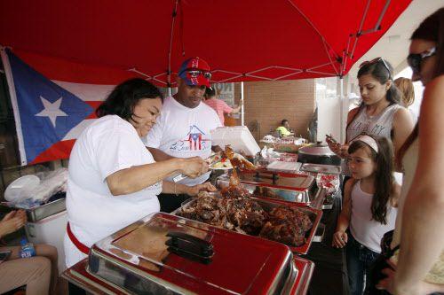 Bernice Castro (izq.) y su esposo Ismael sirven comida tradicional puertorriqueña durante un chinchorro organizado en Fort Worth. BEN TORRES/AL DÍA