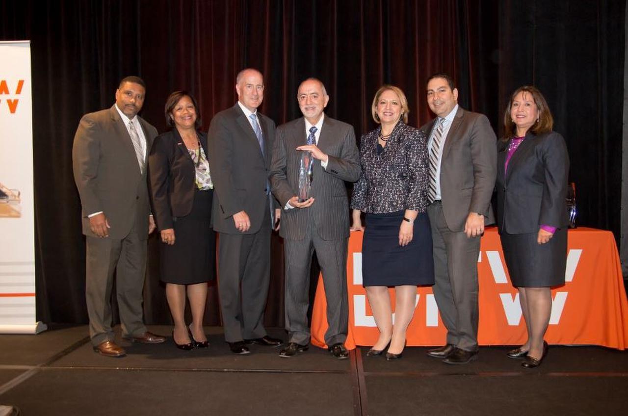 Jim Rodríguez de Southwest Concessions, con ejecutivos del Aeropuerto DFW durante la entrega de los premios Campeones de la Diversidad el 5 de mayo en el hotel Grand Hyatt DFW. (CORTESÍA/DFW AIRPORT)