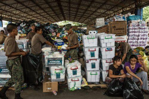 Soldados y voluntarios ordenan vituallas donadas para las víctimas de lterremoto en Portoviejo, Ecuador. BLOOMBERG
