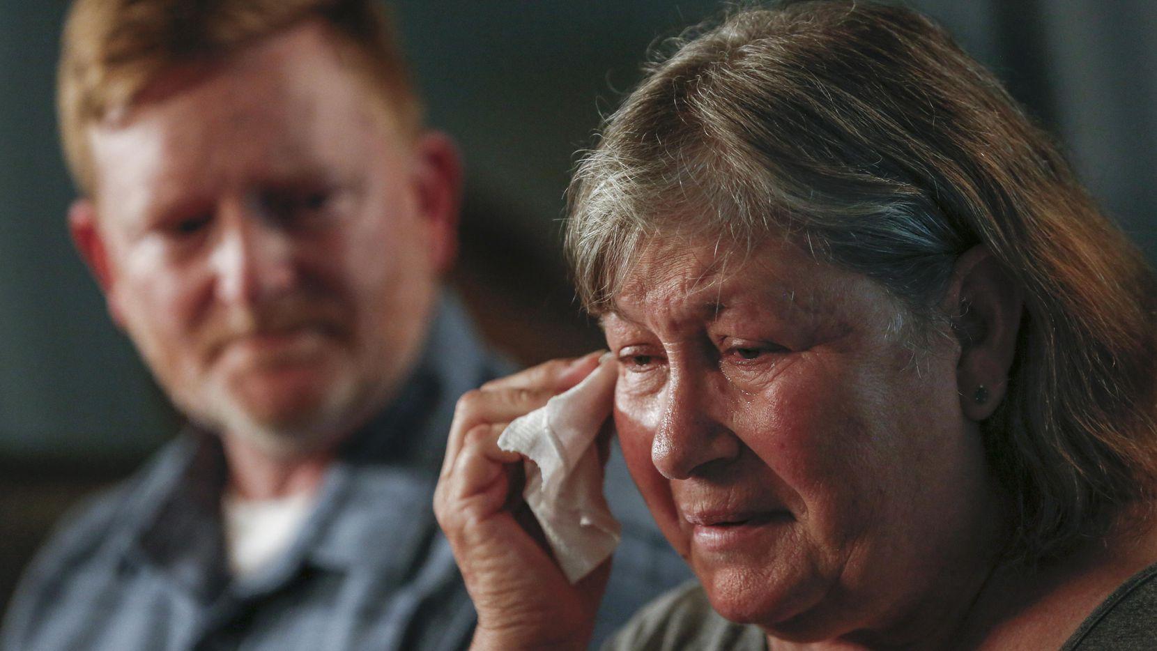 Nubia Brede Solis (der.) llora al contar detalles de la vida de su hijo Brian Clyde. Su ex esposo Paul Clyde la acompaña. (DMN/RYAN MICHALESKO)