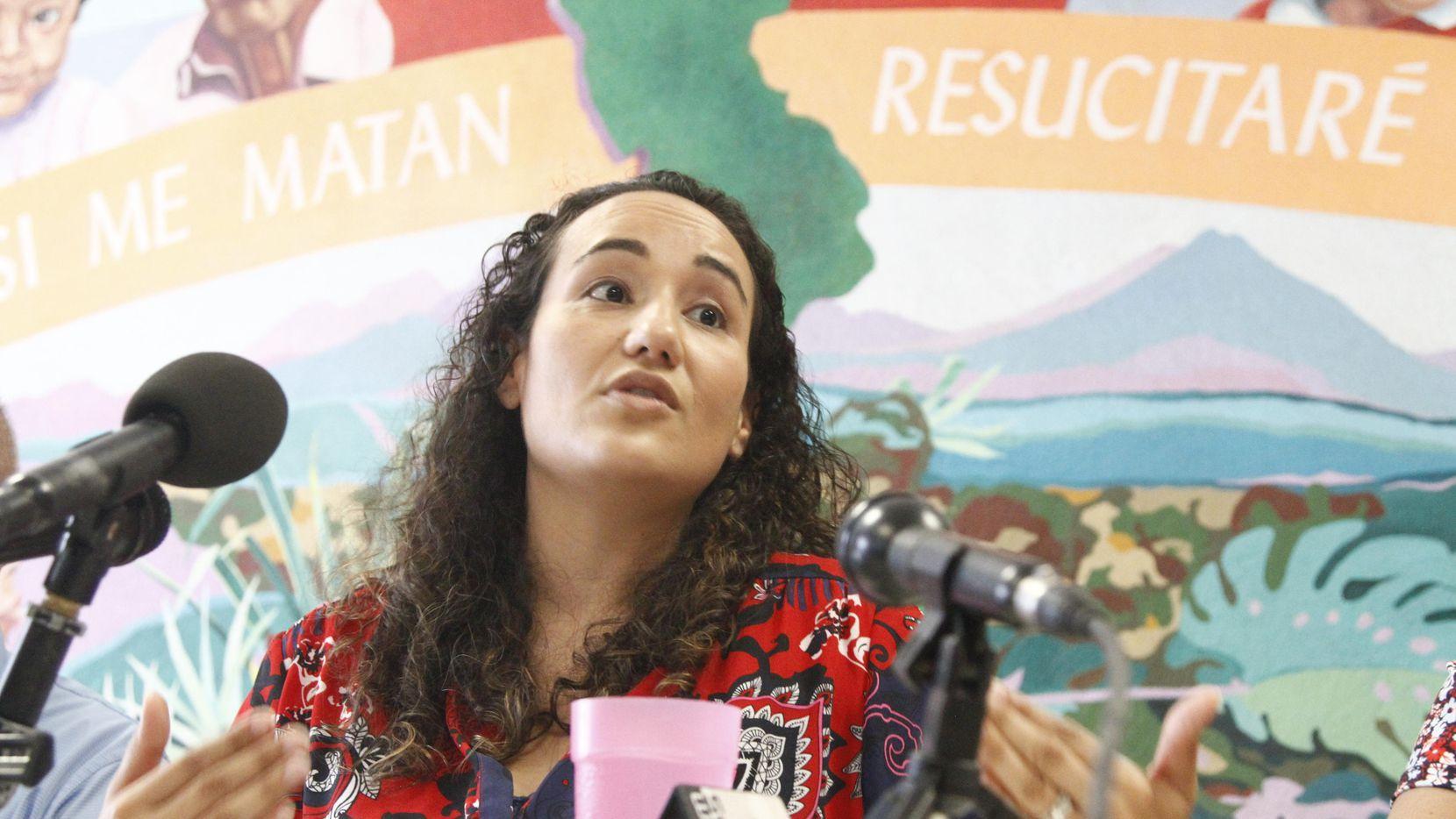 La pediatra Lisa Ayoub-Rodríguez habló el martes en un centro refugio para migrantes en El Paso. (AP/CEDAR ATTANASIO)