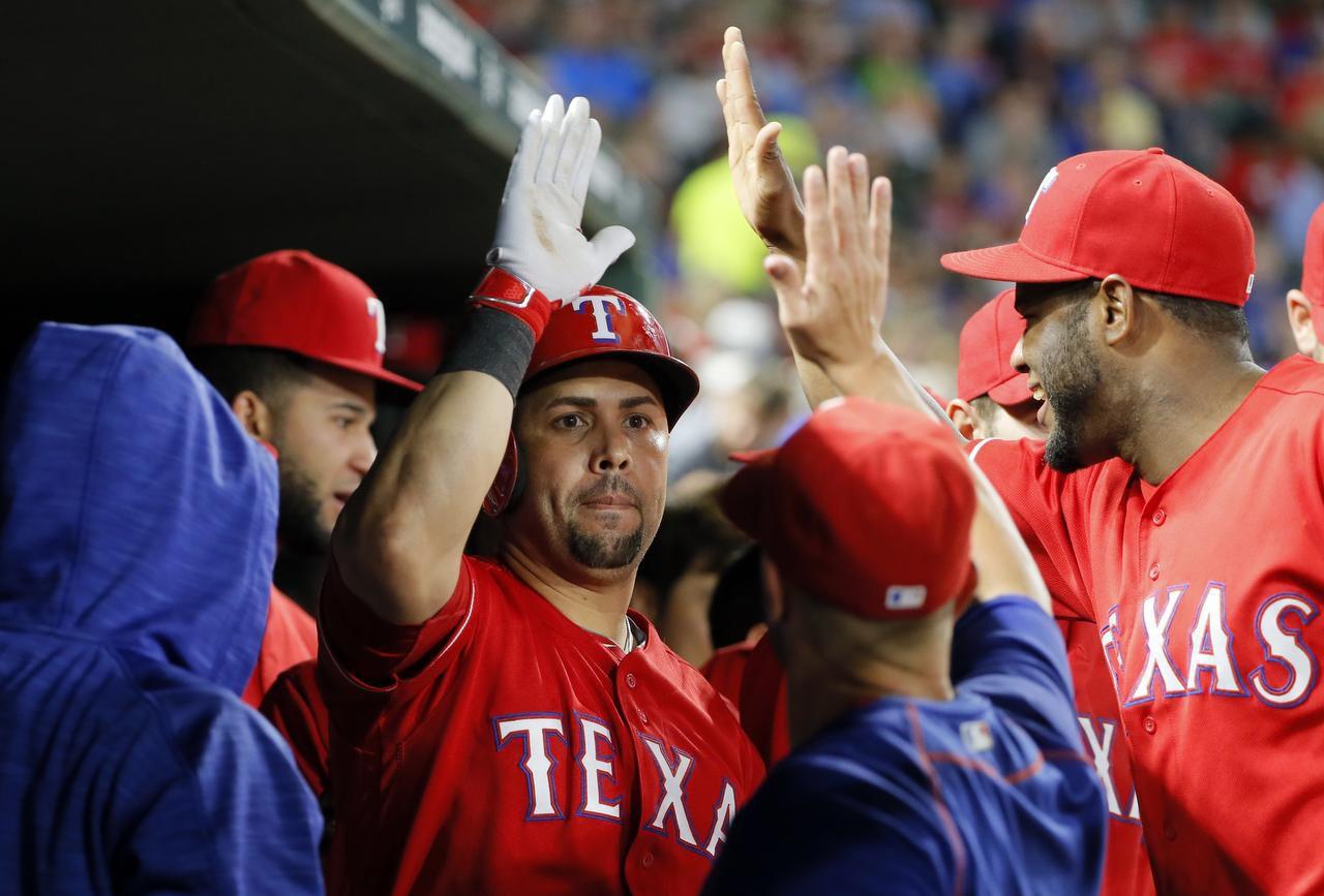 Carlos Beltrán (centro) es uno de los peloteros de Texas que se convierte en agente libre al final de la campaña. Existe voluntad del jugador y del equipo por renovar el contrato. (AP/TONY GUTI´ERREZ)