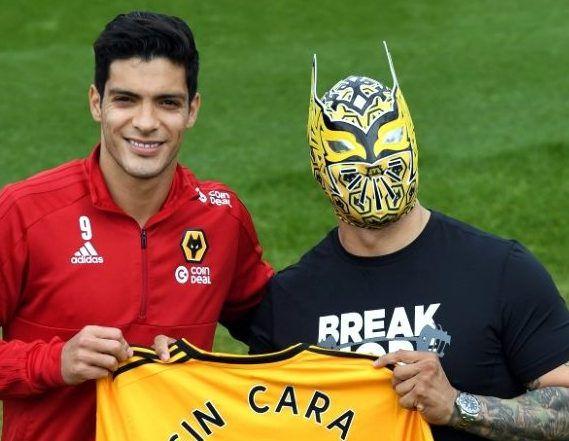 El luchador mexicano de la WWE, Sin Cara (der.). presumió su playera personalizada del equipo Wolverhampton./ AGENCIA REFORMA