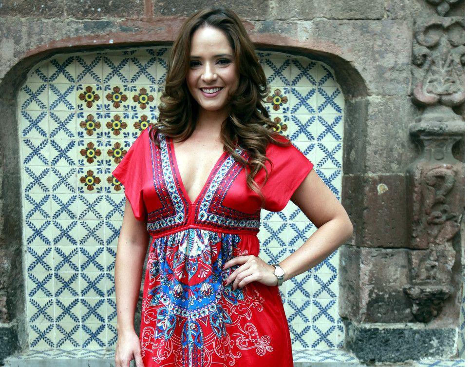 Elba Jiménez (foto), a quien se le relacionó amorosamente con el conductor Raúl Araiza, envió una serie de fotos para una supuesta campaña contra el cáncer de mama haciéndose una autoexploración./ AGENCIA REFORMA