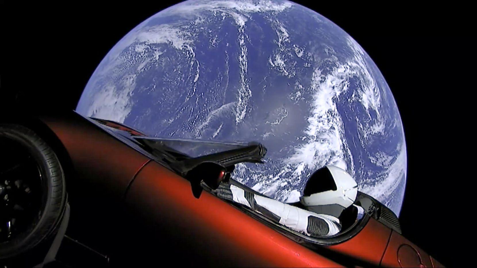 Imagen del Auto Tesla Roadster en órbita alrededor de la Tierra.(AP)