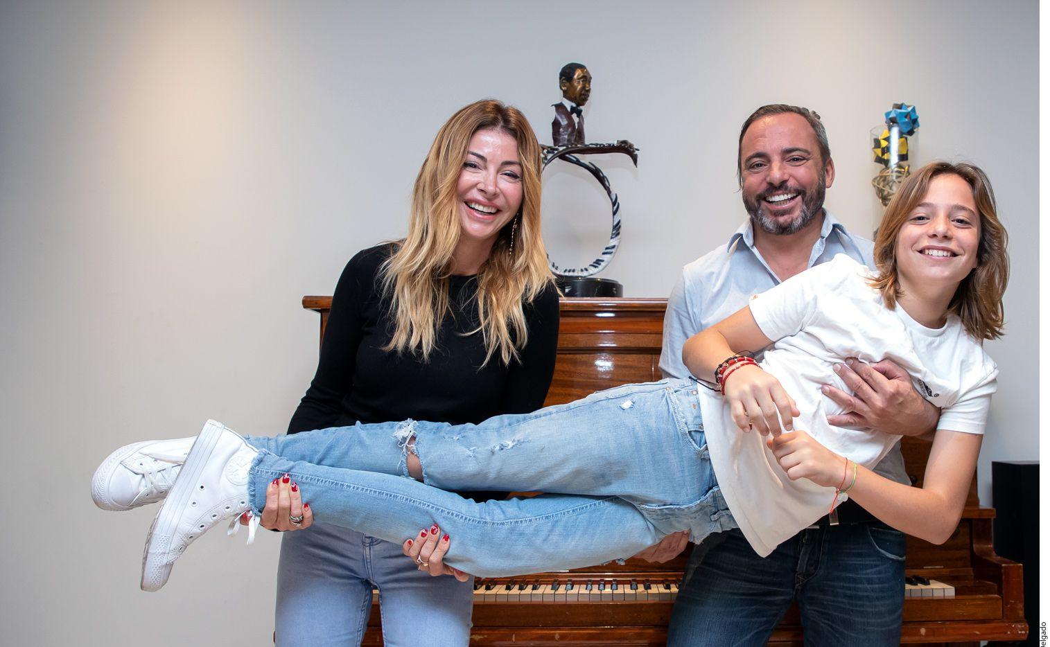 Izan Llunas (der.), acompañado de sus padres Ada y Marcos, firmó ayer contrato con la casa discográfica Sony Music./ AGENCIA REFORMA