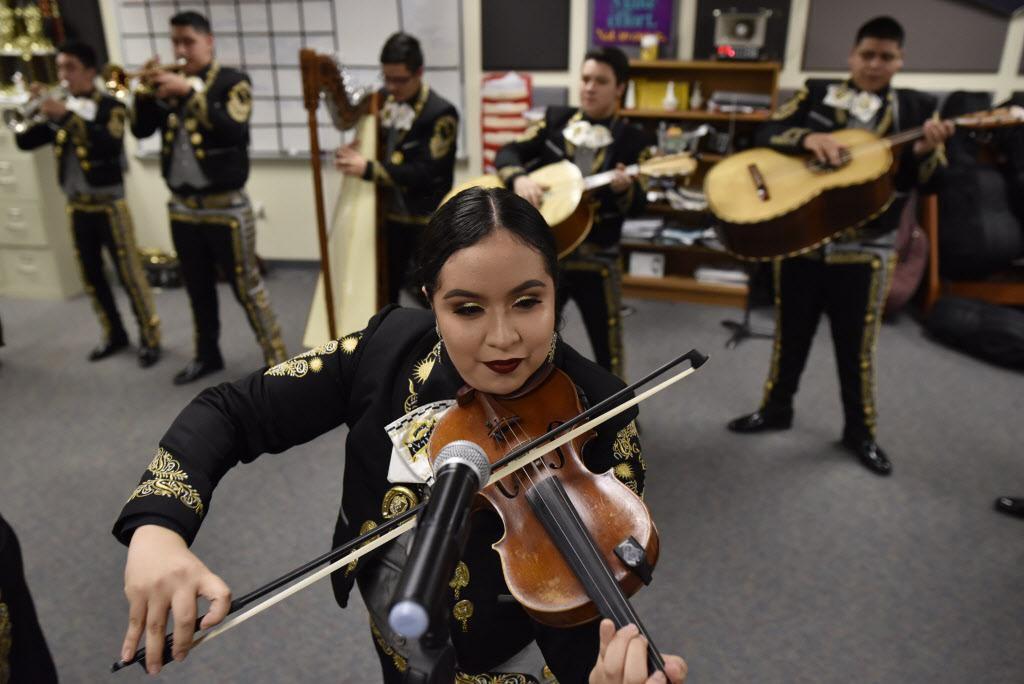 Emily Quiñonez, de 16 años, participa de un ensayo con Mariachi Sol Azteca en la Gran Prairie Fine Arts Academy. La popularidad de los mariachis en las escuelas lo ha convertido en una actividad de competencia escolar. (ESPECIAL PARA AL DÍA/BEN TORRES)