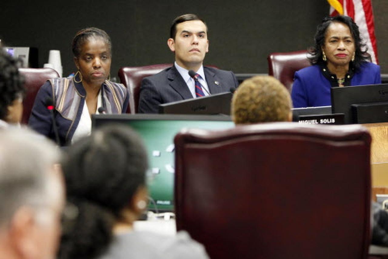 La junta del DISD (en la foto tres de sus integrantes: Bernardette Nutall, Miguel Solís y Joyce Foreman) deberá decidir sobre una resolución en favor de los inmigrantes. (ARCHIVO/BEN TORRES)