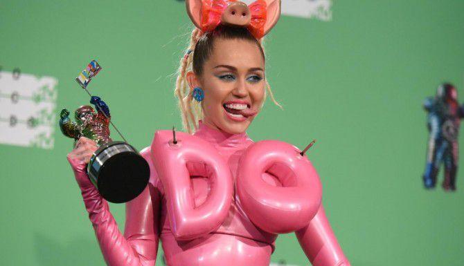 Miley Cyrus recibió críticas por mostrar uno de sus pechos, pero la controversia sorprendió a pocos. (AP/RICHARD SHOTWELL)