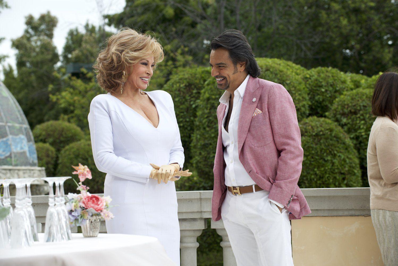 Eugenio Derbez junto a Raquel Welch.